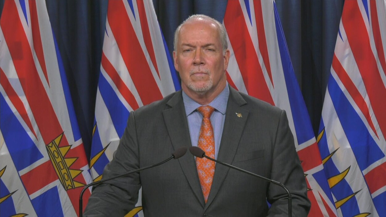 John Horgan lors d'un point de presse.