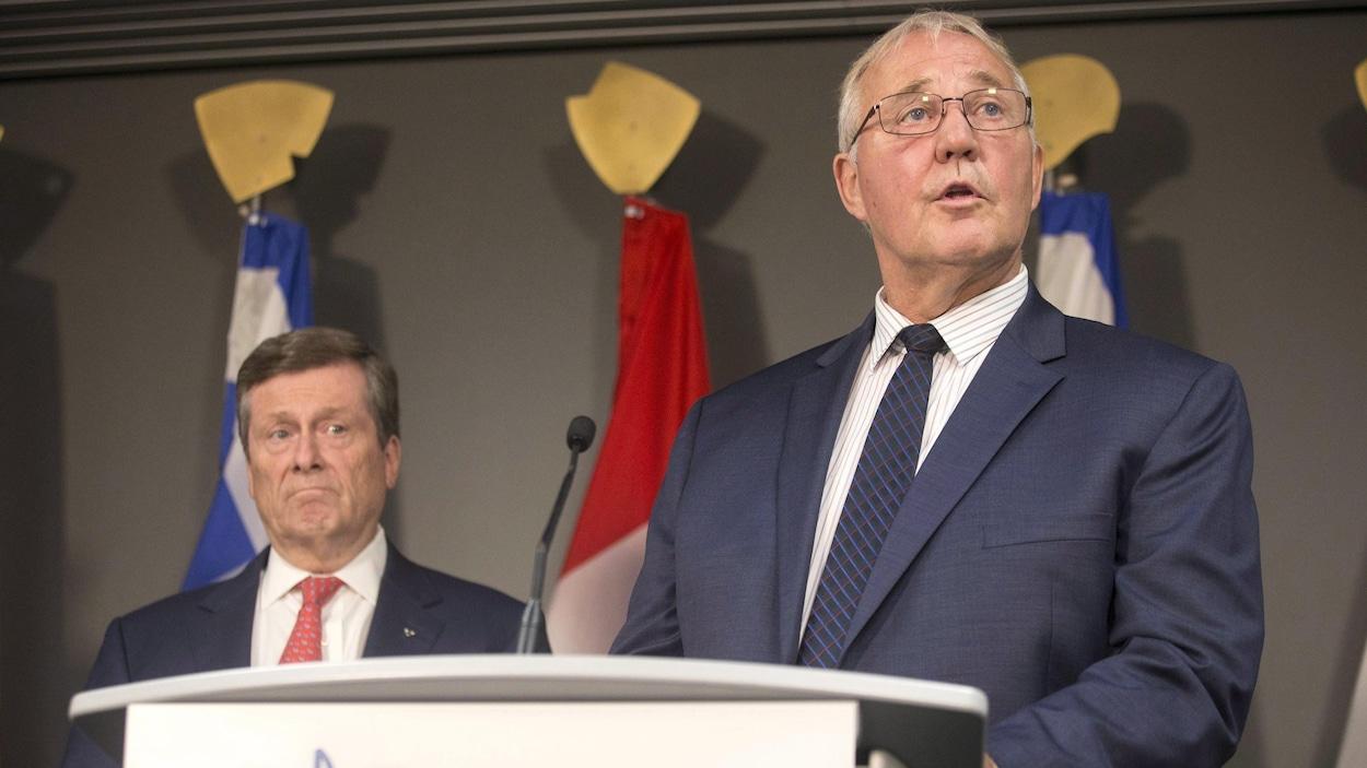 Deux hommes derrière un podium.