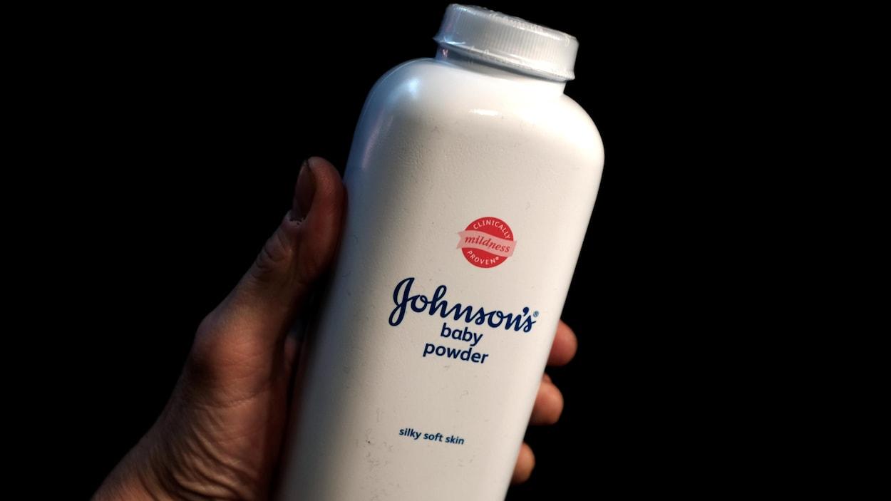 Une bouteille de poudre de bébé de la compagnie Johnson & Johnson.