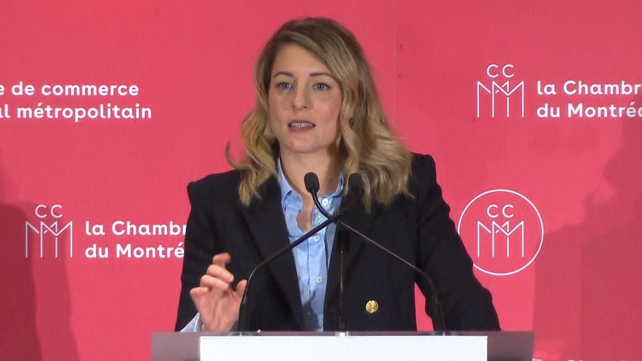 La ministre joly tente de rassurer les gens d 39 affaires au for Chambre de commerce au canada