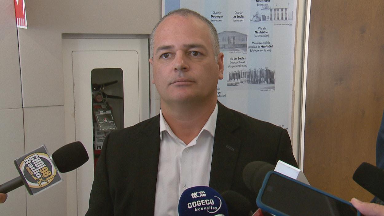 Jonatan Julien répond aux questions des journalistes lors d'une mêlée de presse.