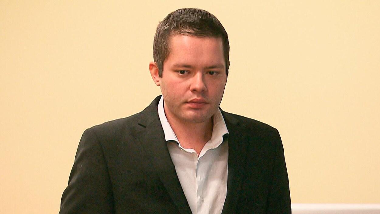 Jonathan Falardeau-Laroche, l'accusé, au palais de justice de Québec le 27 février 2020. Il a l'air sérieux et pensif.