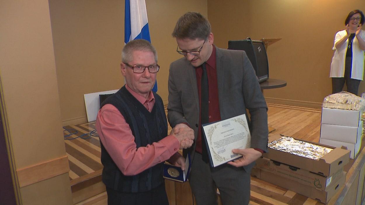 Roger Gagnon serre la main du député Sylvain Gaudreault.