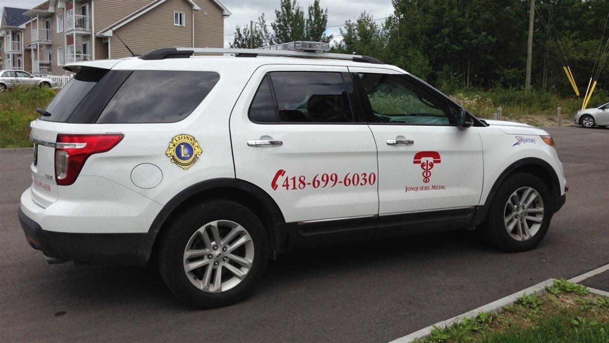 Le véhicule de Jonquière-Médic utilisé dans la tournée de visites à domicile. Il est équipé de lumières d'urgence, de matériel de réanimation et de trousses de pansement
