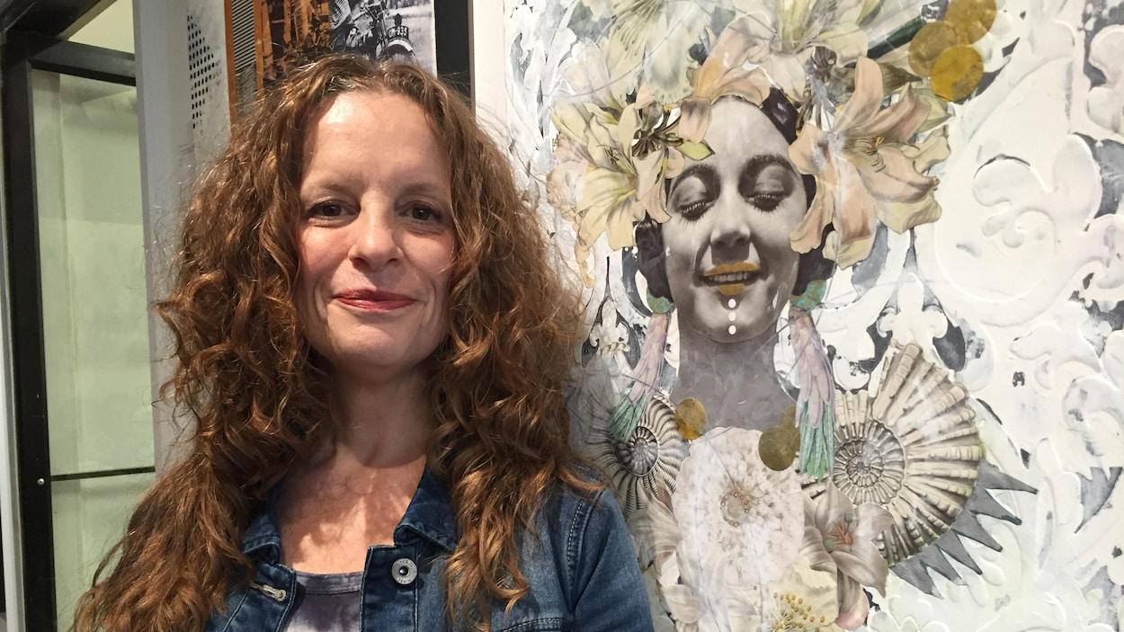 Photo de l'artiste à côté d'une de ses œuvres.