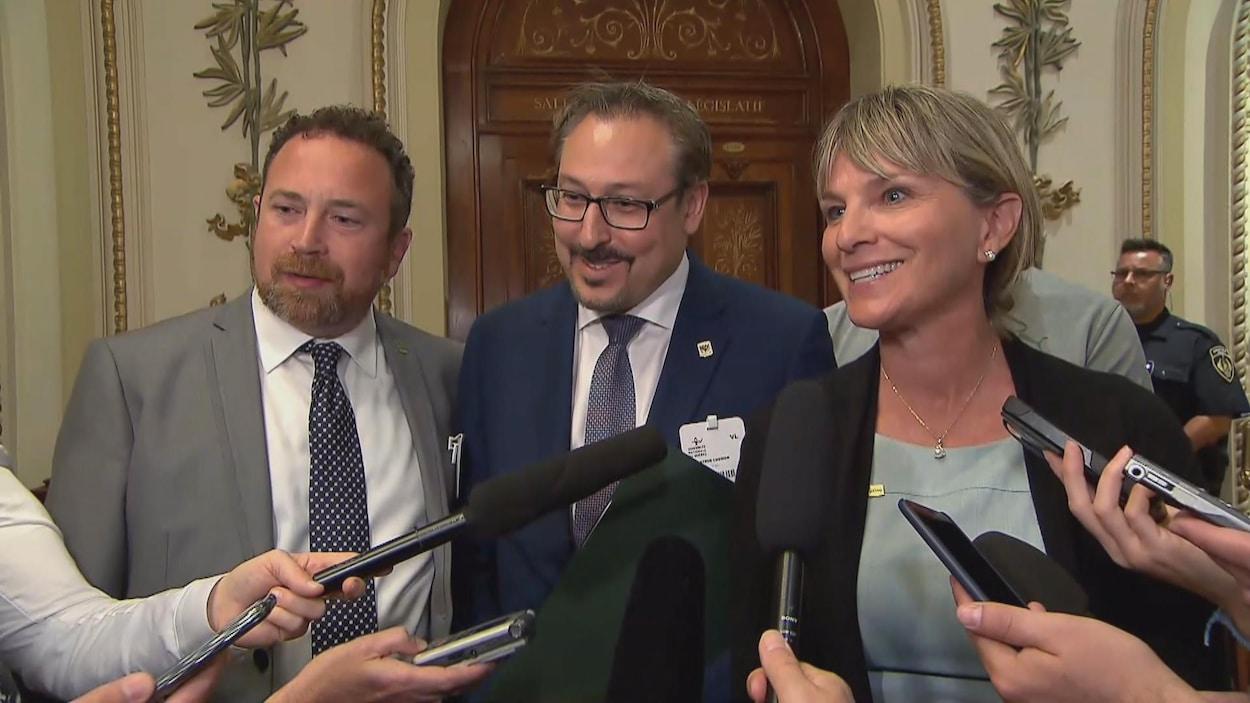 Le maire de Trois-Rivières, Jean Lamarche, le maire de Sherbrooke, Steve Lussier, avec la mairesse de Saguenay à l'Assemblée nationale.