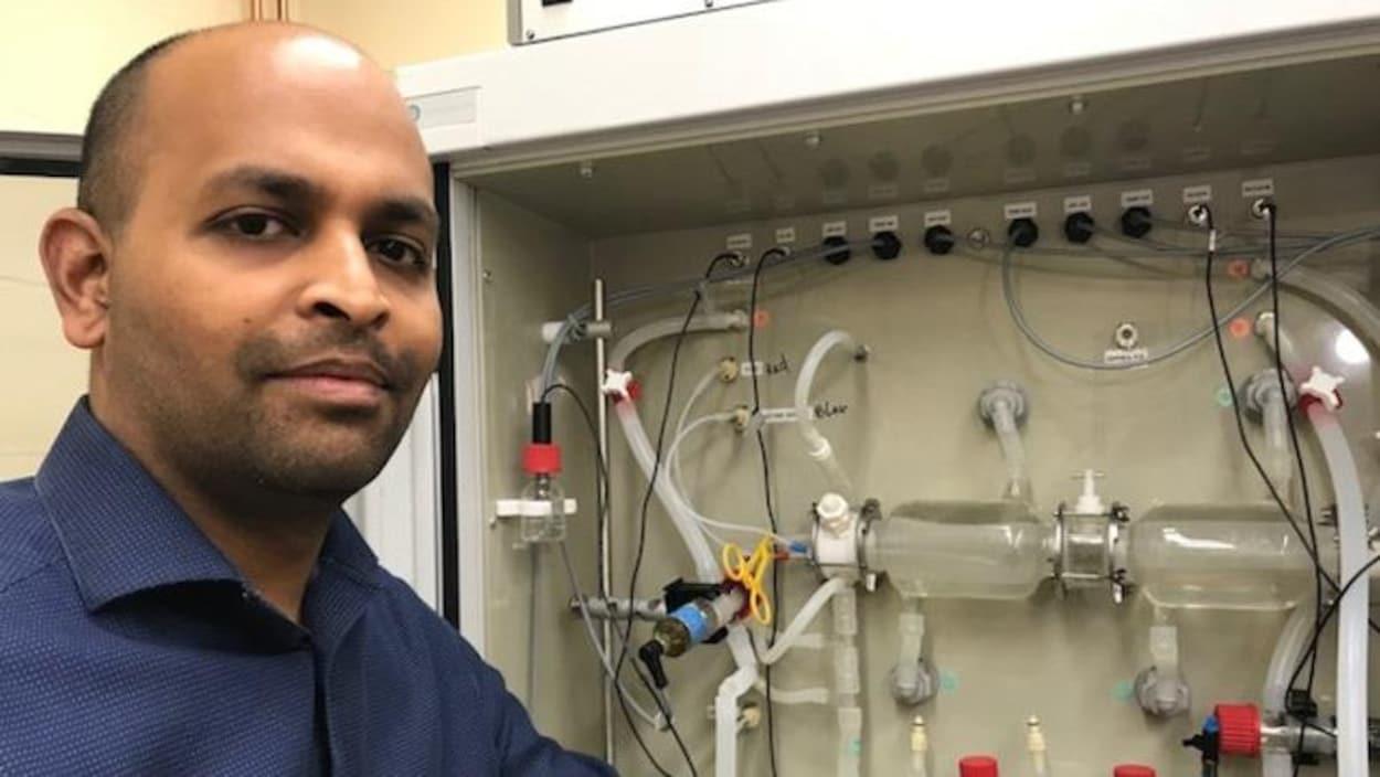 Sijo Joseph, un chercheur à Agriculture et Agroalimentaire Canada pose devant l'estomac artificiel.