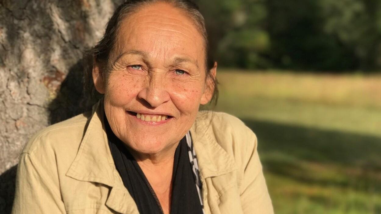 Portrait en couleur de la poète Joséphine Bacon, en extérieur