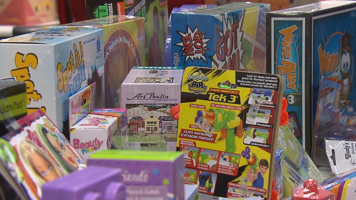 Une pile de jouets pour enfants dans leur emballage et de boîtes de jeux de société.