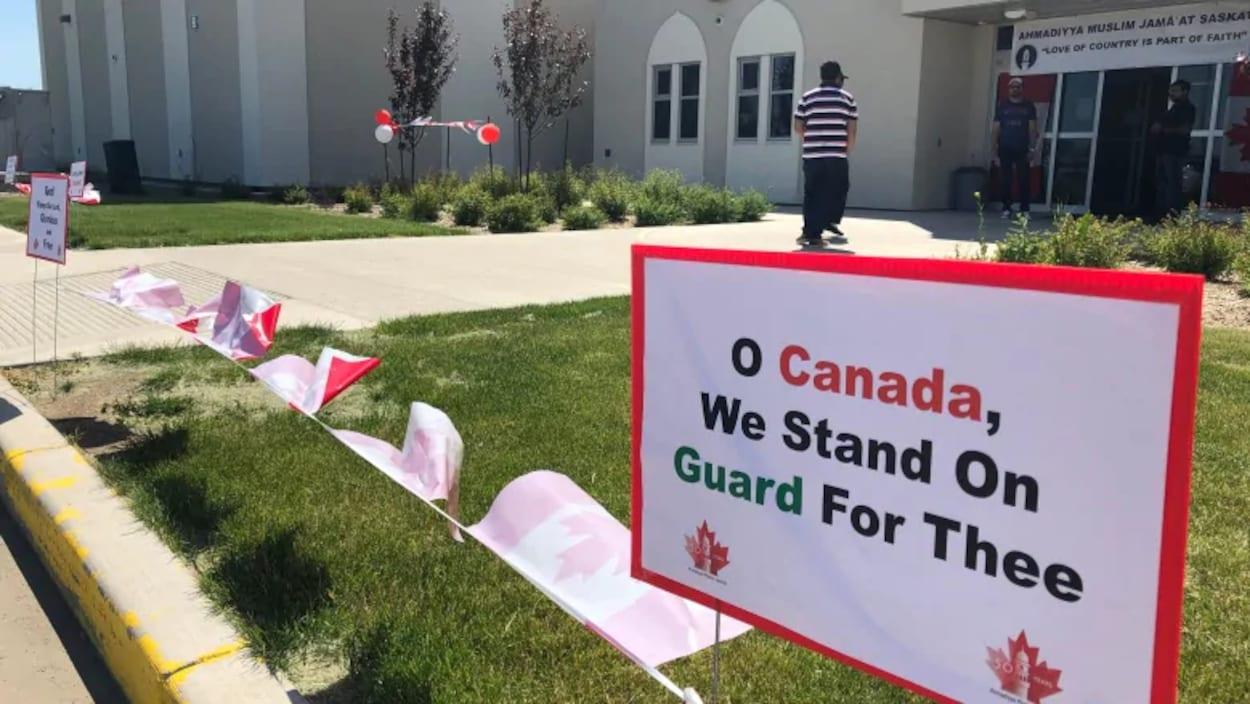 Une affiche à la mémoire des anciens combattants est plantée devant la mosquée Ahmadiyya Jama'at's Baitur Rahmat de Saskatoon.