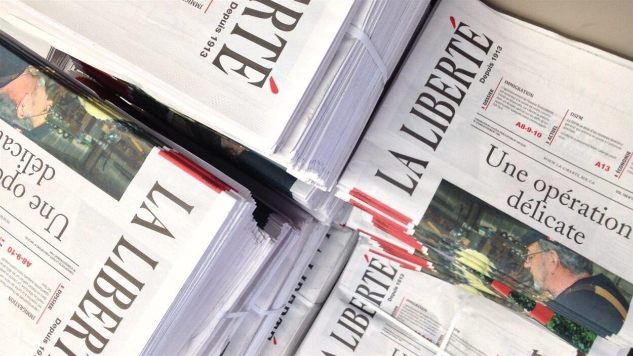 Plan serré de paquets du journal « La Liberté ».