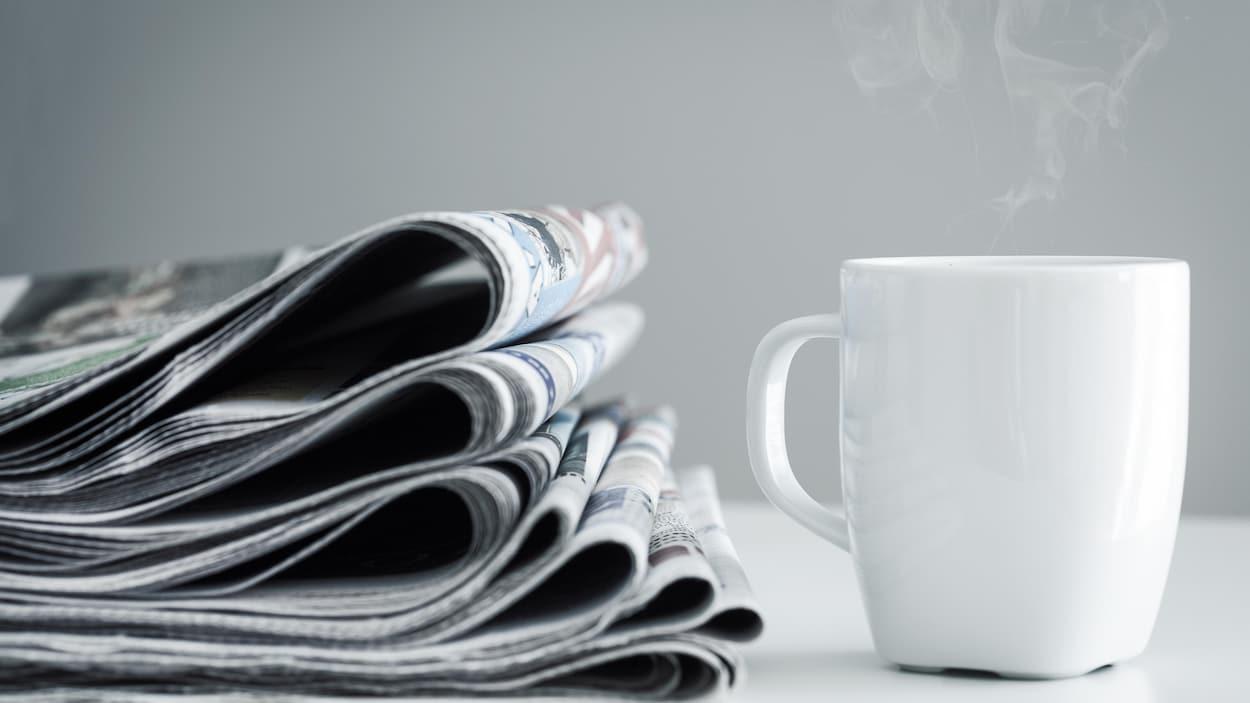 Une pile de journaux.