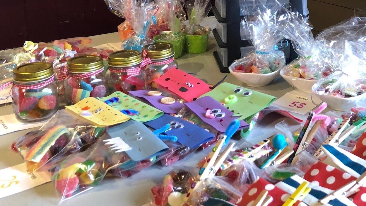 Sur la table plusieurs enrobages multicolores de paquets de bonbons