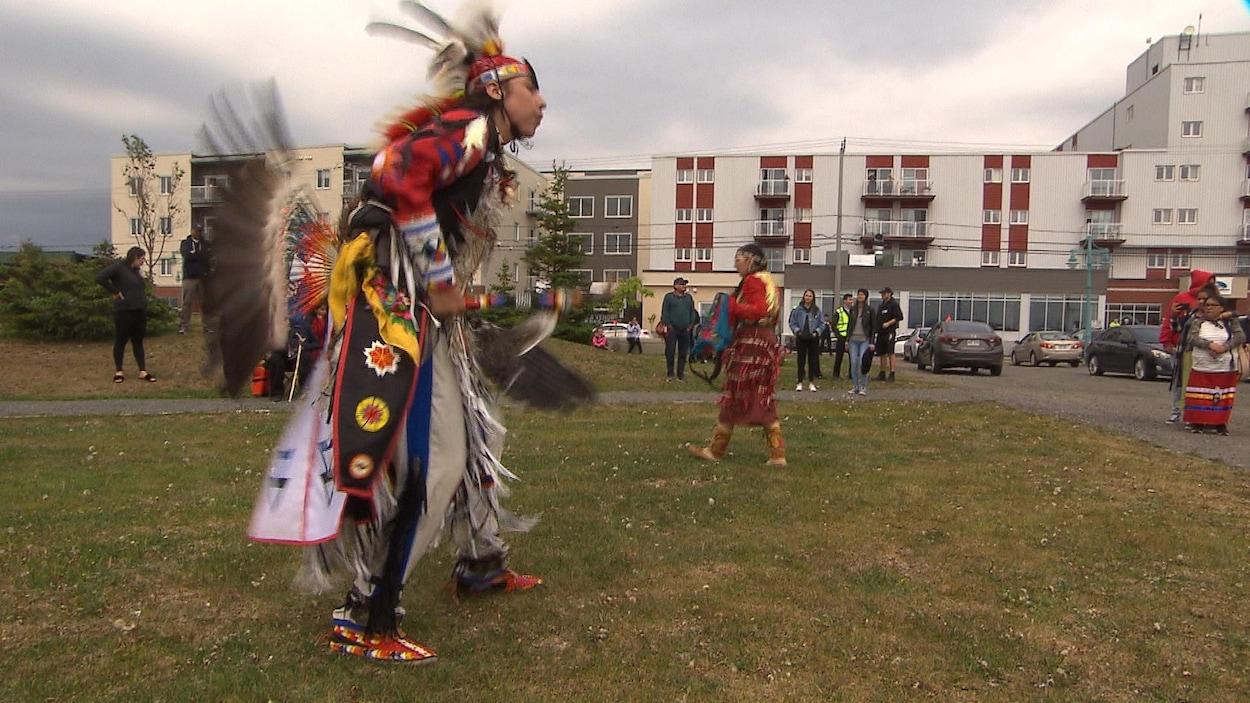 Un danseur traditionnel exécute une danse devant le public.