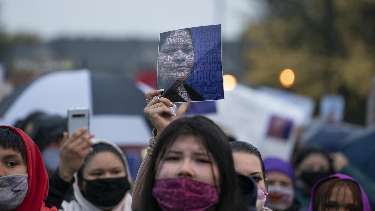 Des femmes tiennent un portrait de Joyce Echaquan.