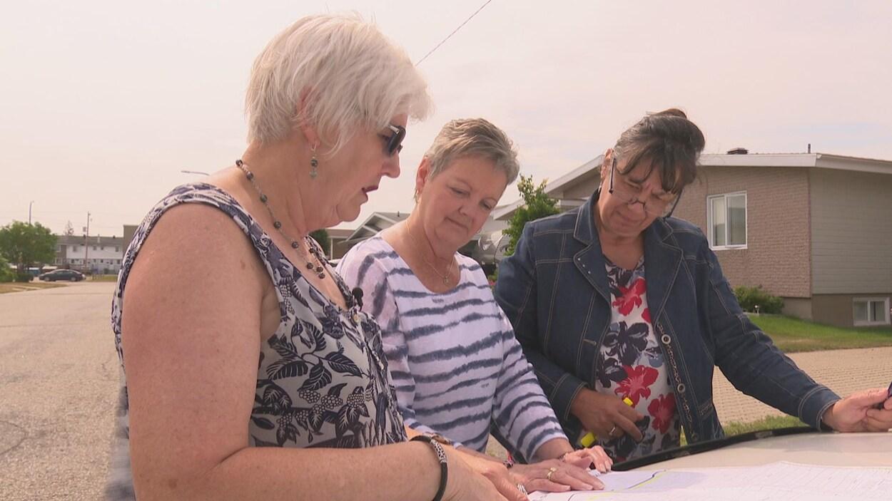 Les juges effectuent la tournée d'un secteur résidentiel de Sept-Îles en quête de beaux aménagements et d'émotions