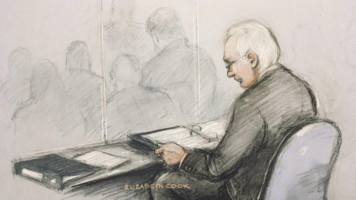 Julian Assange est dessiné assis, en train de lire des documents.