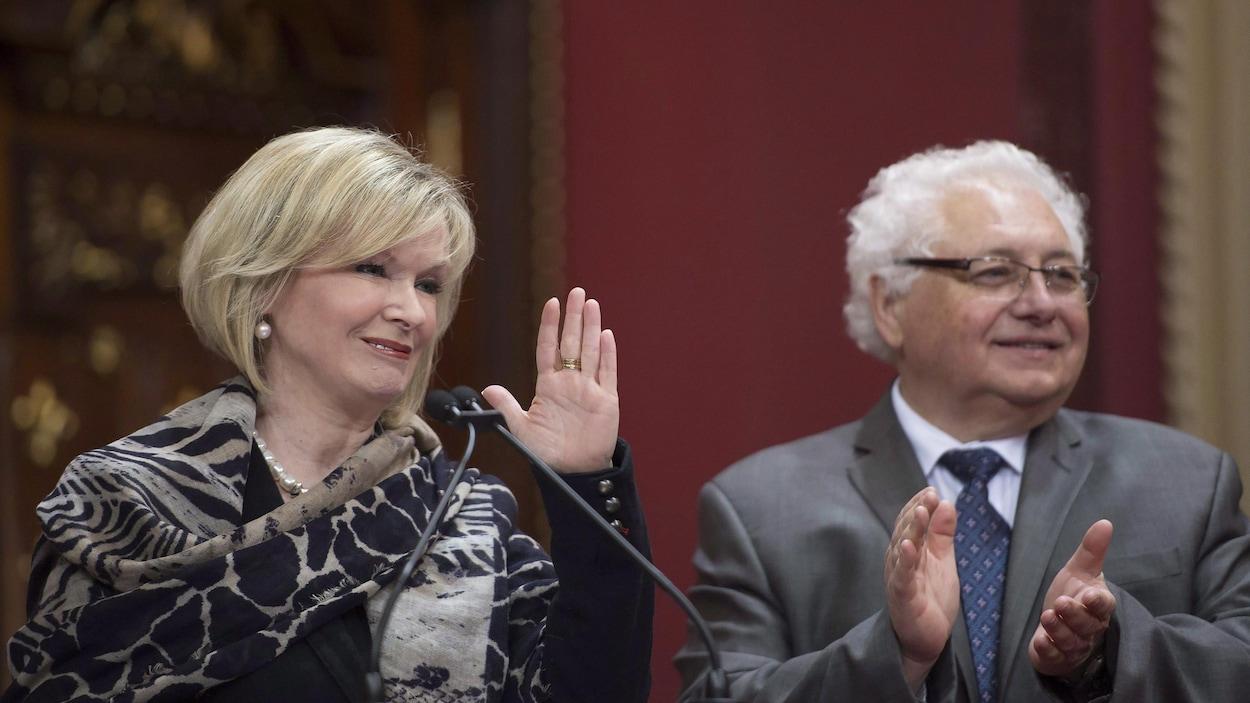 La ministre du Tourisme, Julie Boulet, est assermentée le 28 janvier 2016. Le secrétaire général du gouvernement du Québec, Juan Roberto Iglesias, applaudit à droite.
