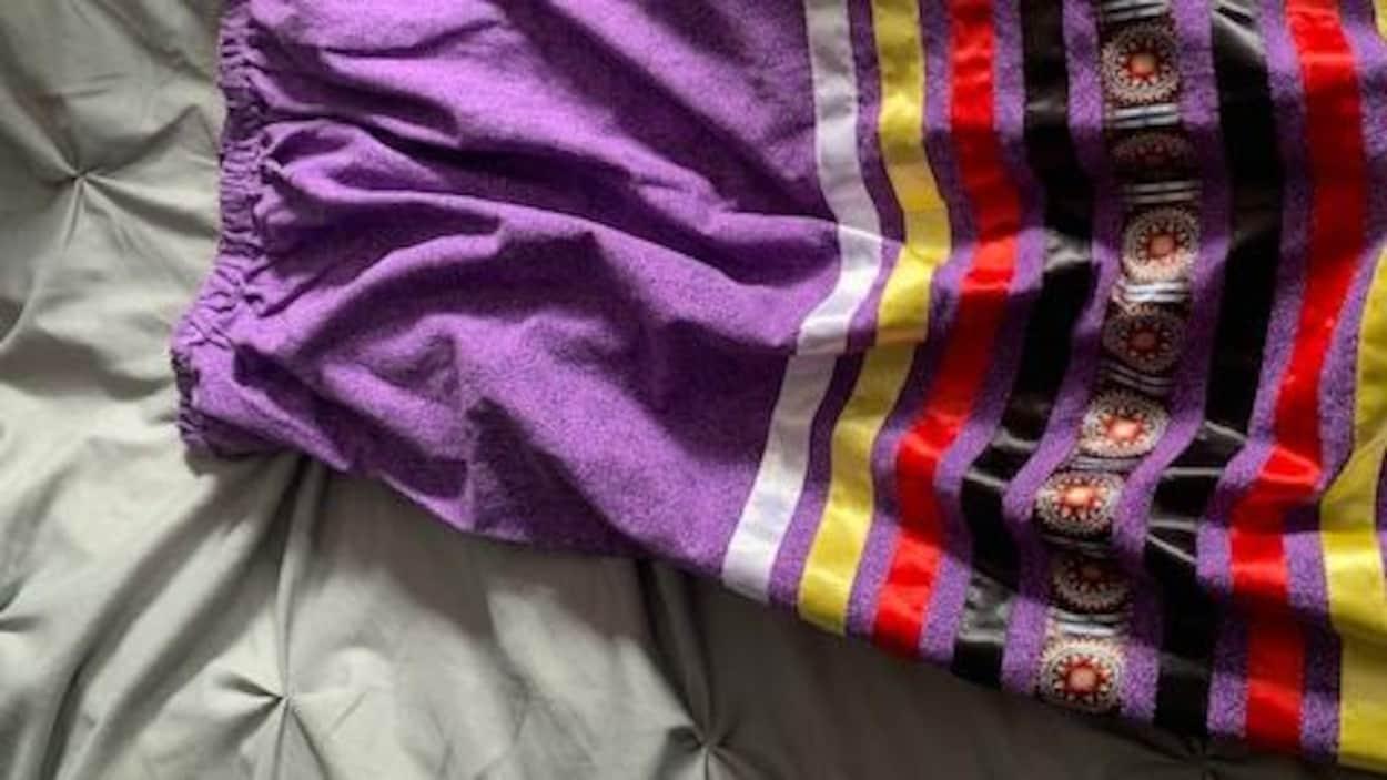 Une jupe longue ornée de rubans.