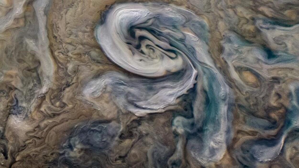 Une tempête sur Jupiter prend la forme d'un tourbillon blanchâtre.