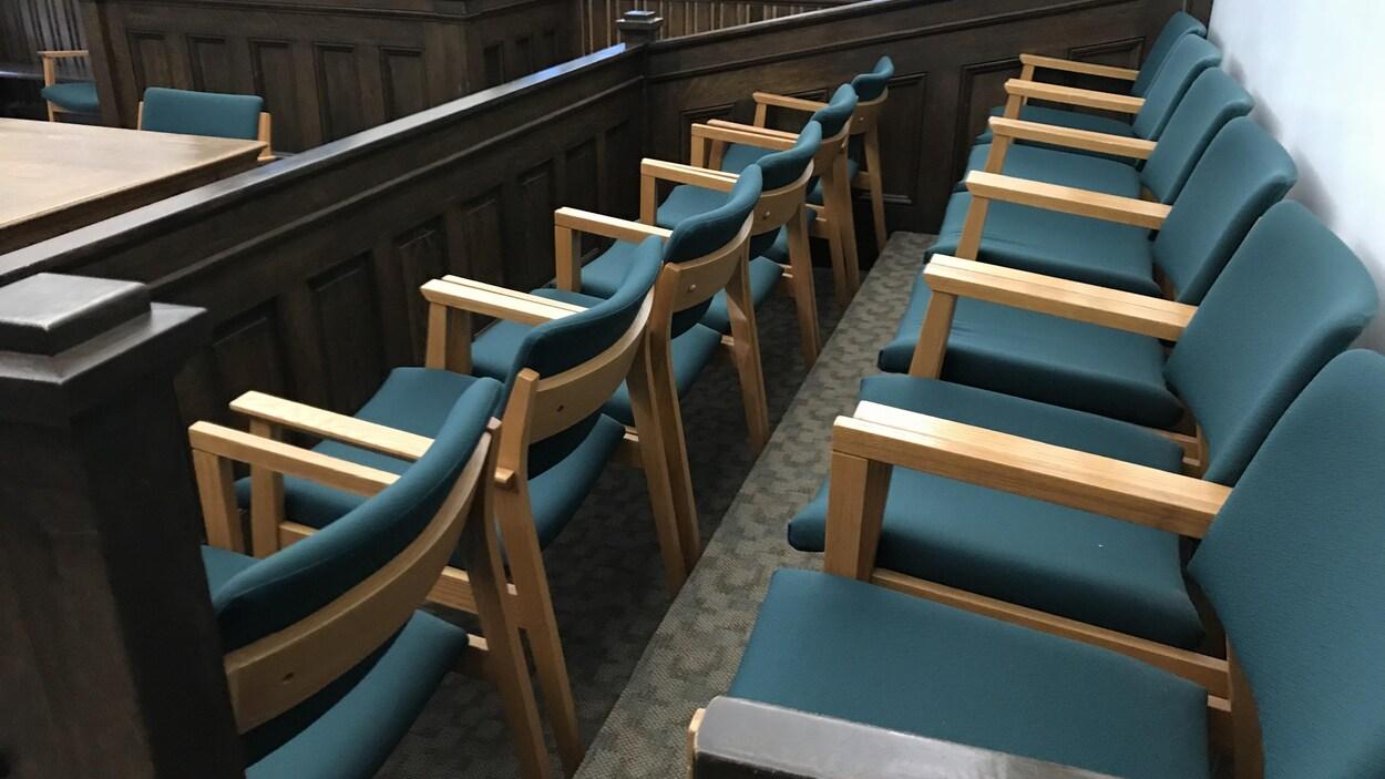 Les sièges des jurés dans un tribunal.