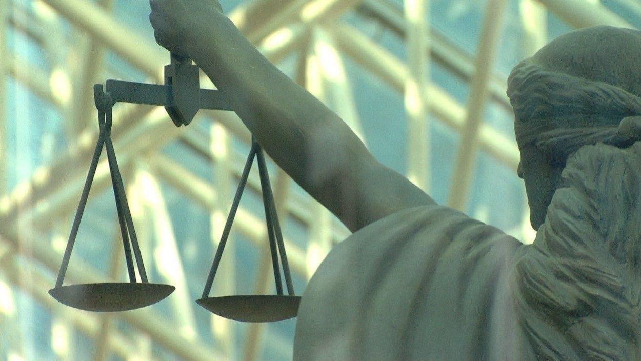 Une statue de la balance de la justice.