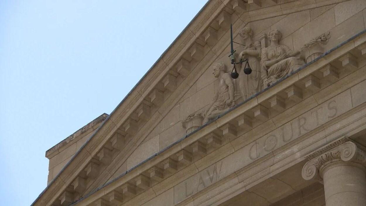 La façade d'un tribunal.
