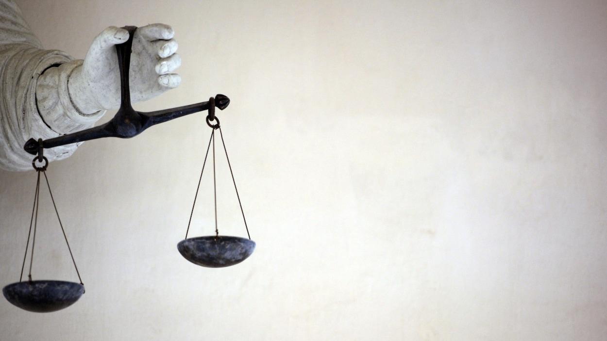Une statue tenant la balance de la justice dans sa main gauche.