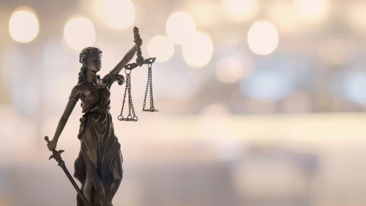 Une petite statue représentant la justice.