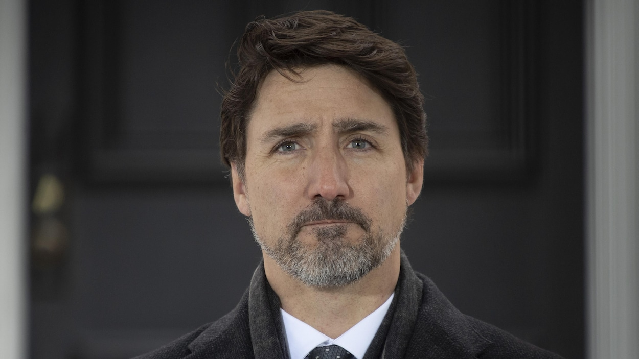 Le premier ministre regarde droit devant lui.