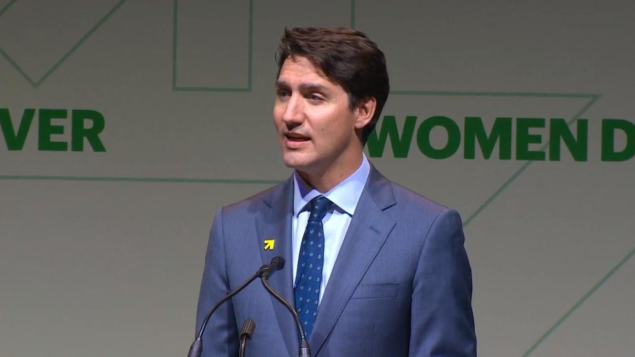 Justin Trudeau, debout au micro, prononce une allocution.