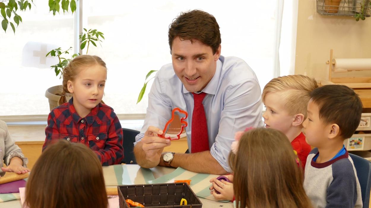 Justin Trudeau entouré d'enfants dans une garderie à Winnipeg