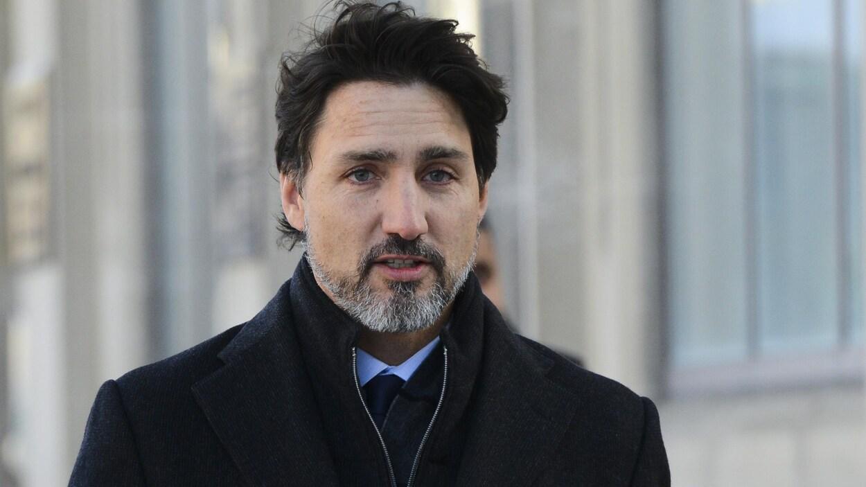 Jutsin Trudeau marche à l'extérieur.