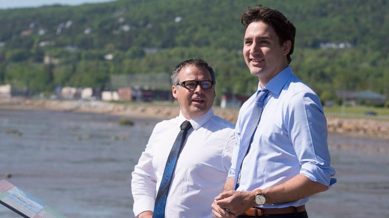 Michel Couturier, une homme avec des lunettes, une chemise et une cravate, ainsi que Justin Trudeau à sa gauche, aussi avec une chemise et une cravate.