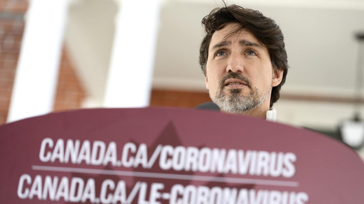 Il donne une conférence de presse sur le coronavirus.
