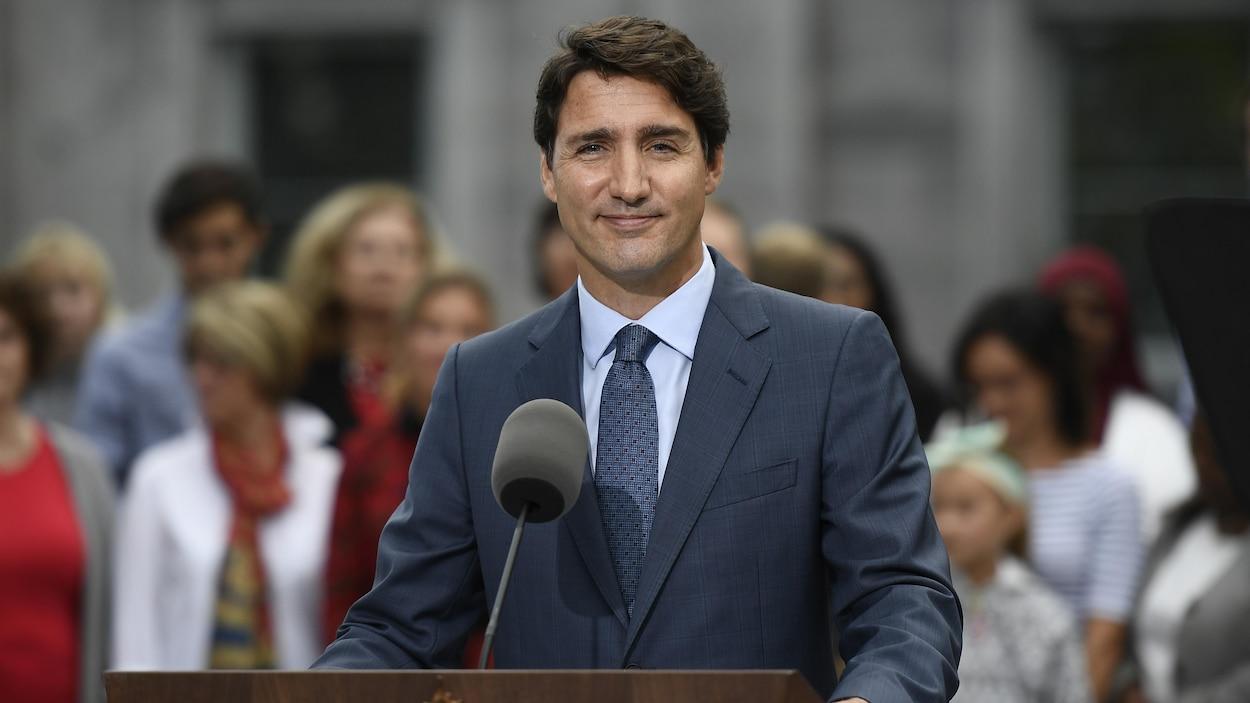 Justin Trudeau s'adresse aux médias devant Rideau Hall.