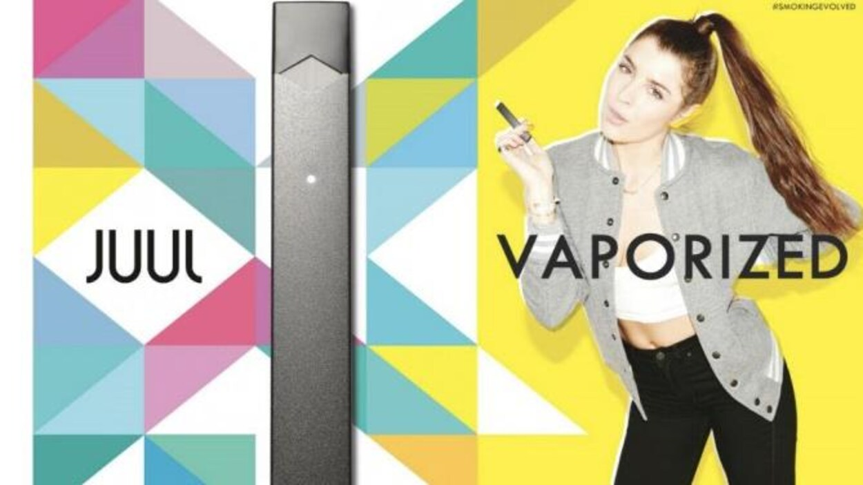 Une cigarette électronique Juul (à gauche) et une jeune (à droite), dans un environnement très coloré, utilise le produit dans une pose décontractée.