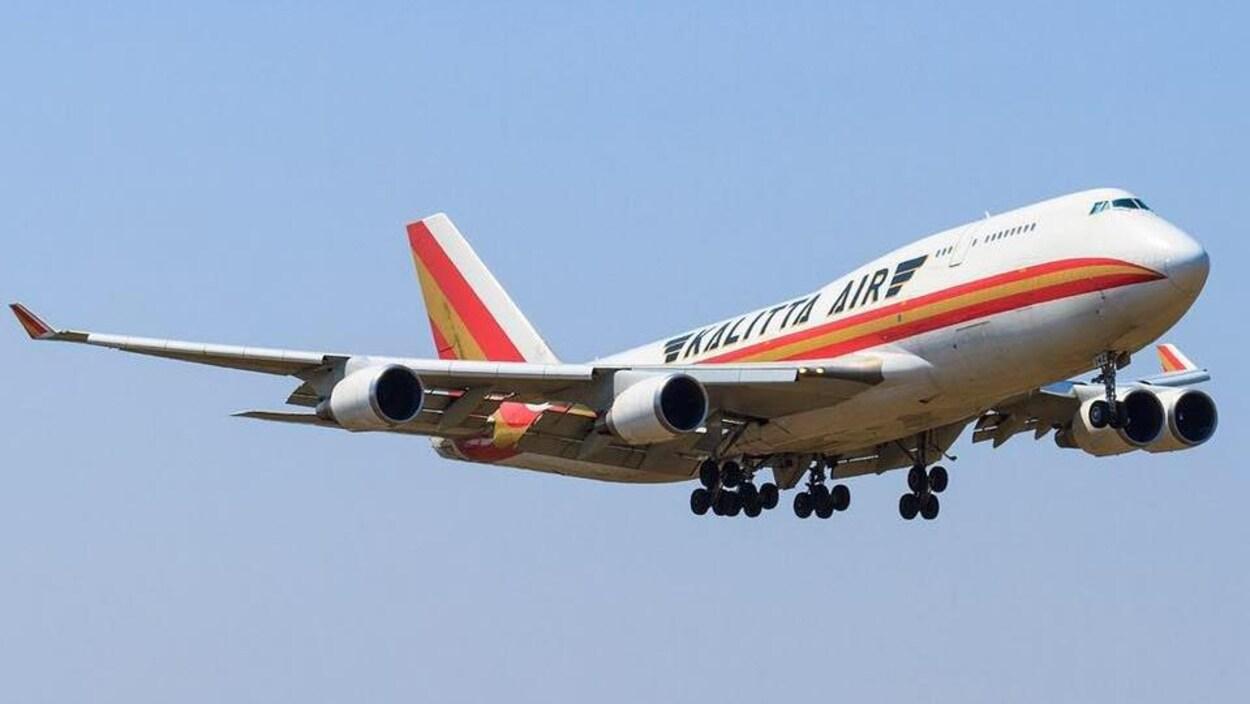 Un avion de la compagnie Kalitta Air en train de voler.