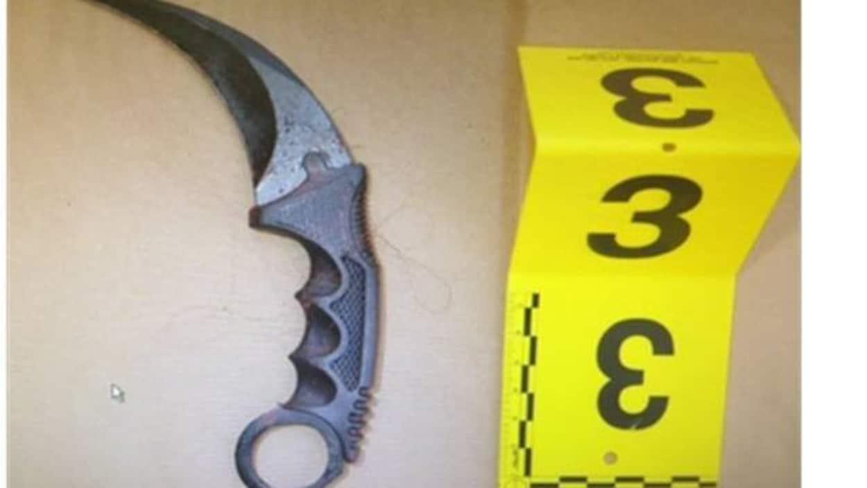 L'arme karambit laissée au domicile de la victime.