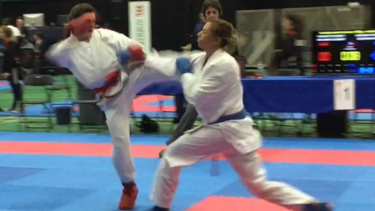 Cyrelle Gagnon combat avec une adversaire.