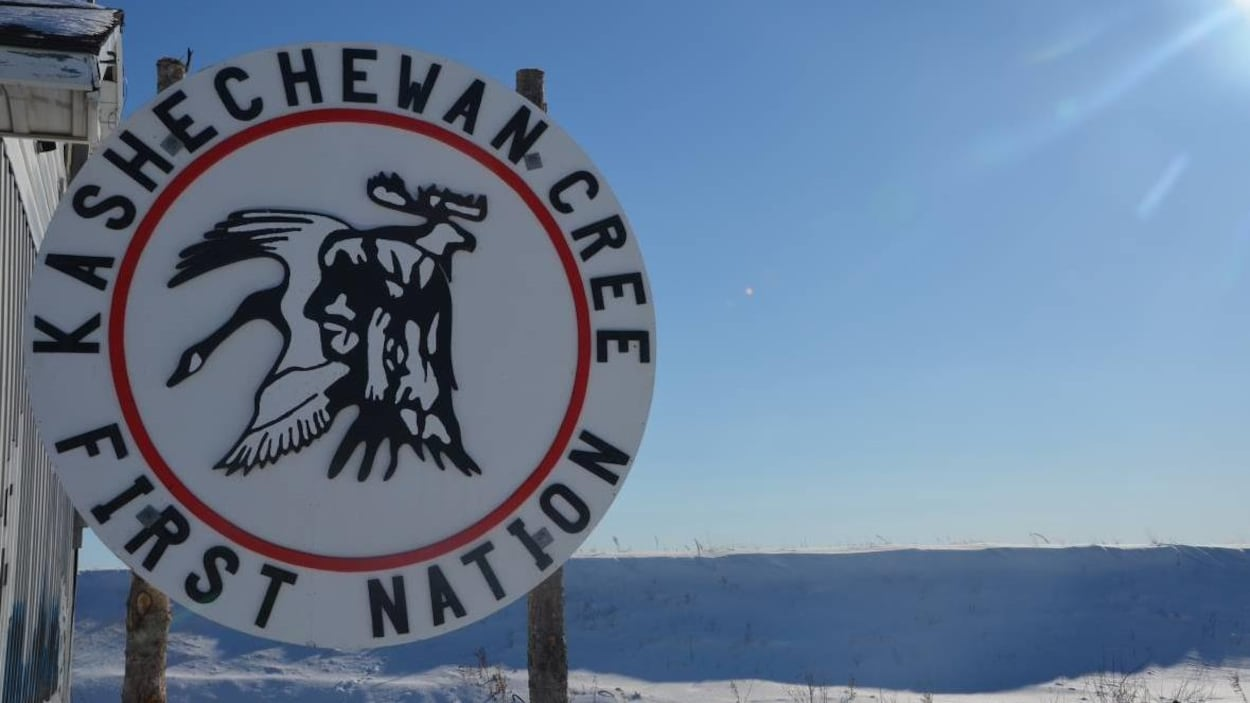 Pancarte de la Première Nation de Kashechewan sur la côte ouest de la baie James.