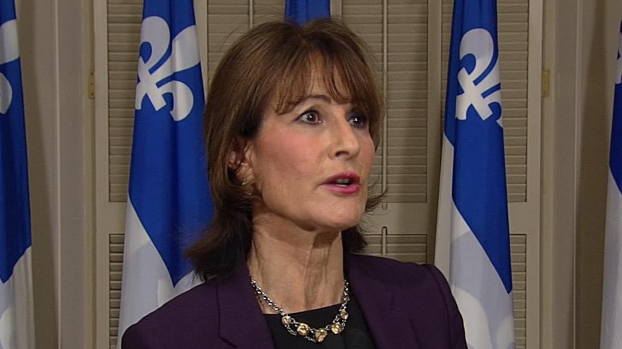 La ministre Kathleen Weil répond à des questions en conférence de presse.