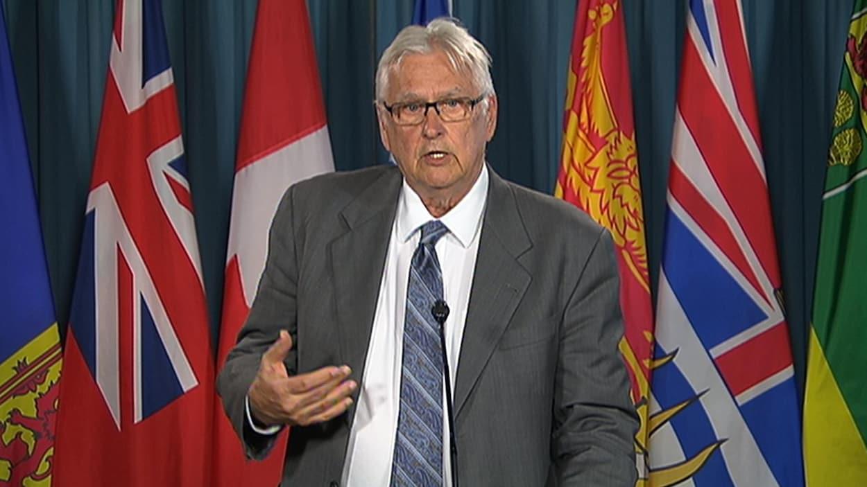 Keith Henderson, du Comité de l'unité canadienne, en conférence de presse.