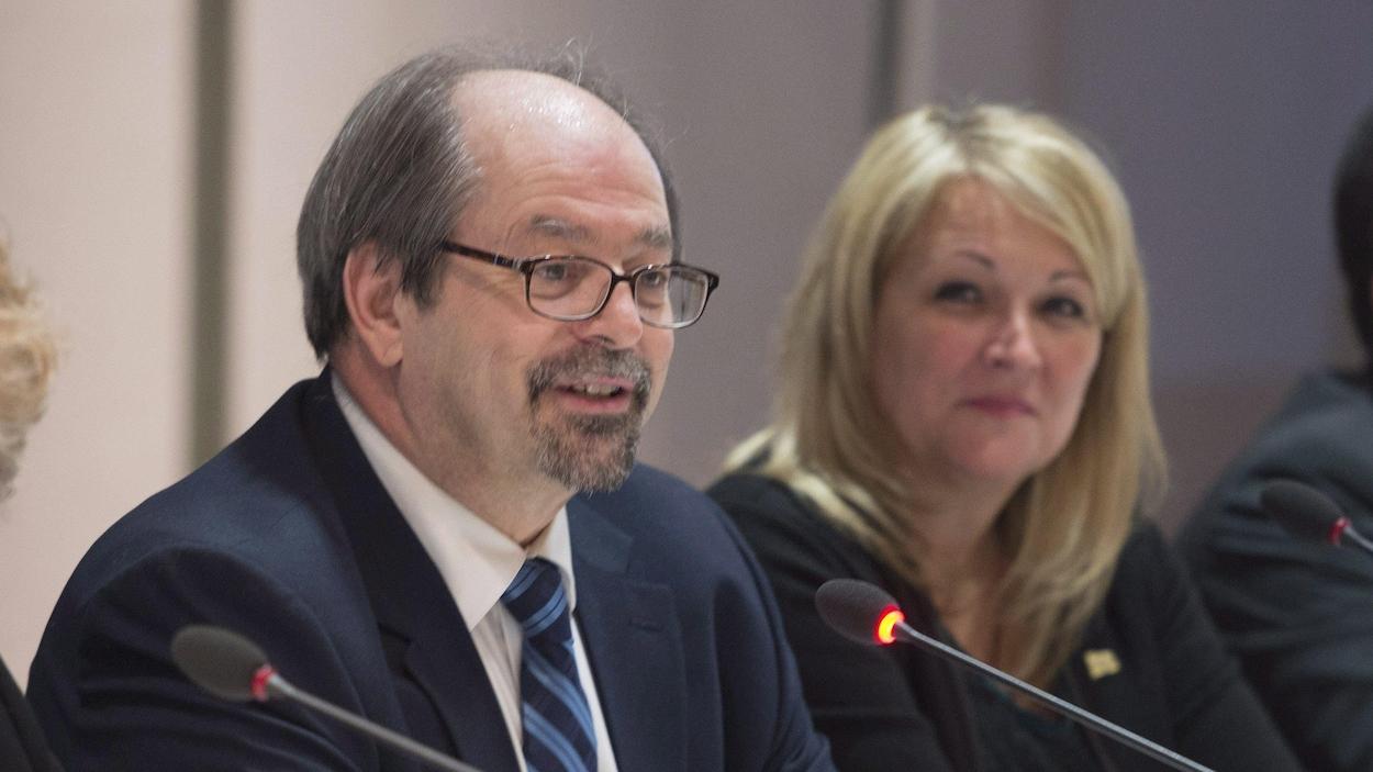 Le ministre responsable des Affaires autochtones du Québec, Geoffrey Kelley, et la vice-première ministre du Québec, Lise Thériault