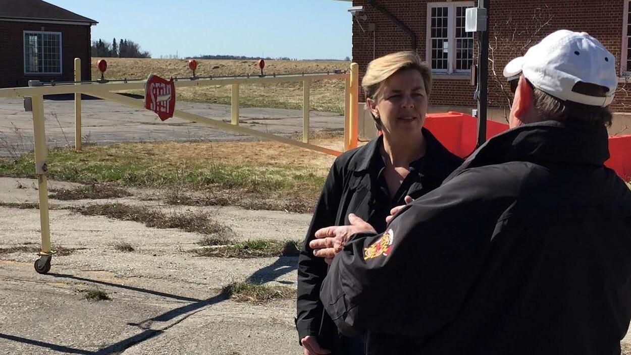 Kellie Leitch discute avec quelqu'un à l'extérieur.
