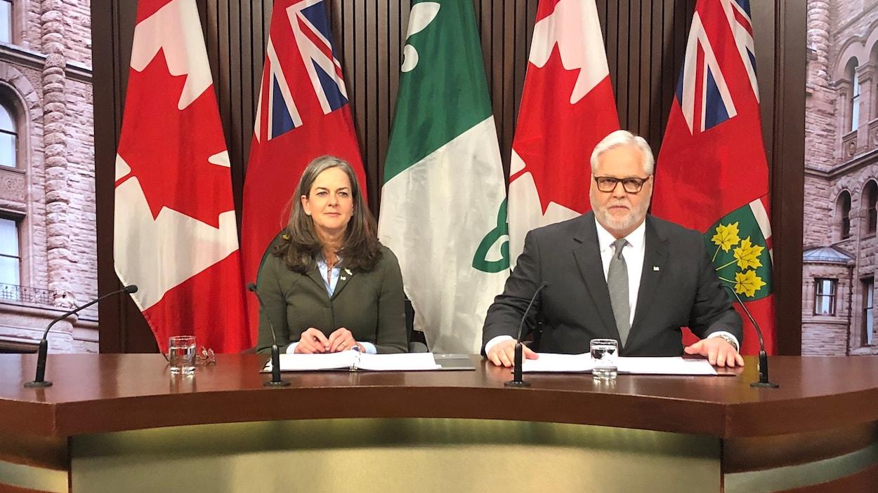 Kelly Burke, à gauche, et Paul Dubé donnent une conférence de presse.