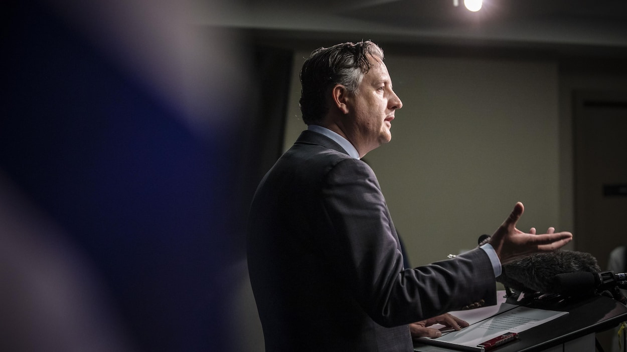 Le maire de Vancouver, Kennedy Stewart, parle aux médias lors d'une conférence de presse à Vancouver.
