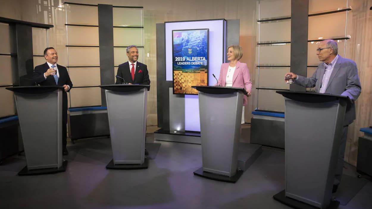 Les quatre chefs de parti derrière leur lutrin pendant le débat.