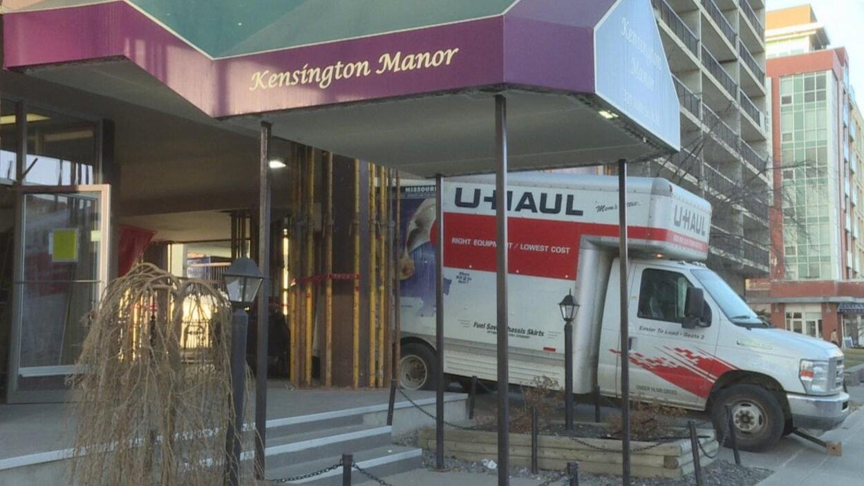 Camion de déménagement stationné à l'entrée de l'immeuble Kensington Manor