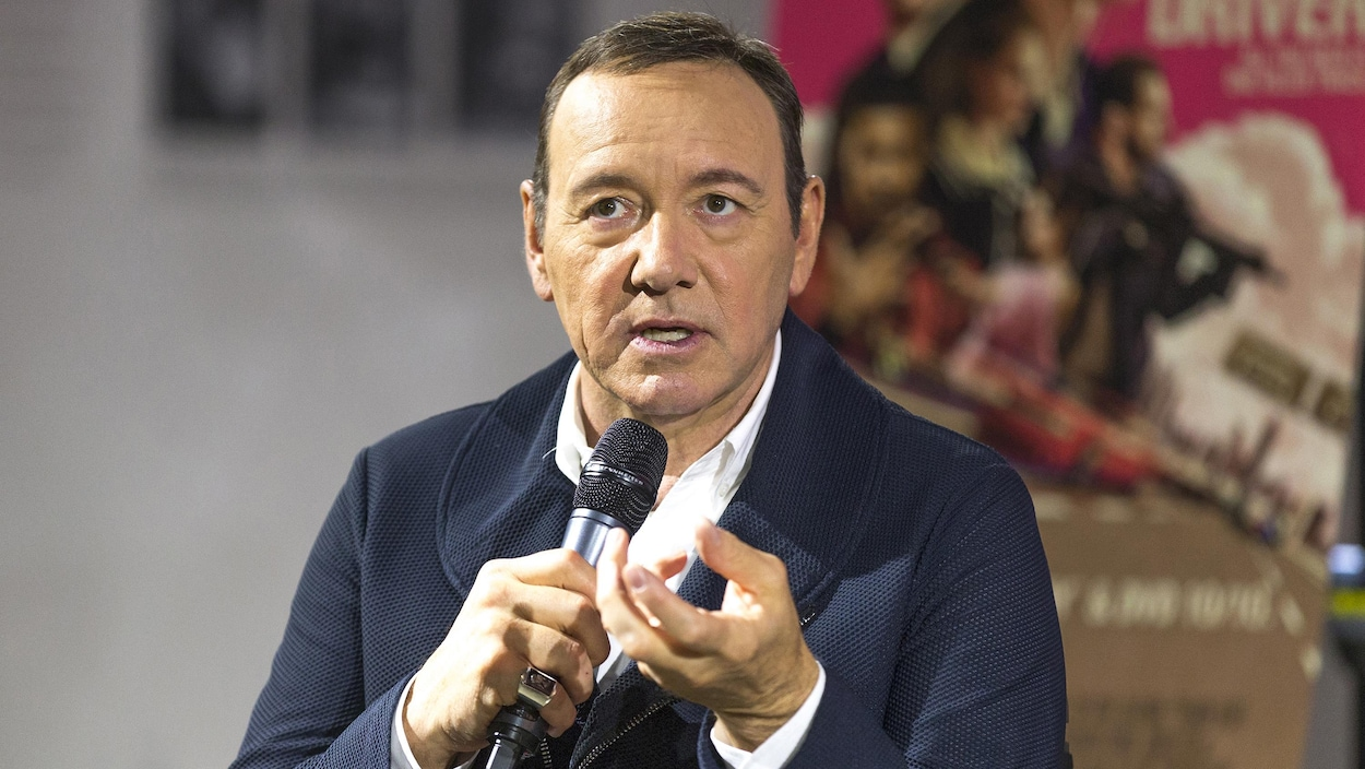 Kevin Spacey s'exprime au microphone.